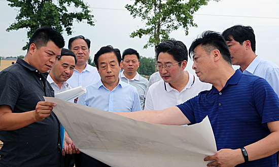 李亦博:调研扶贫产业园区建设工作
