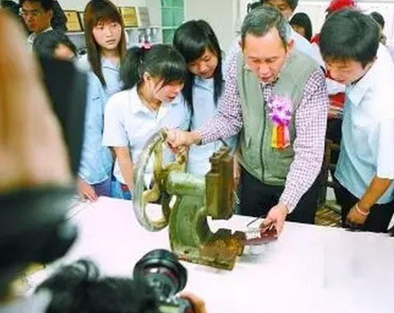 """▲国内首个""""三来一补""""企业的厂址如今成为深圳石岩劳务工博物馆的一个展厅。"""